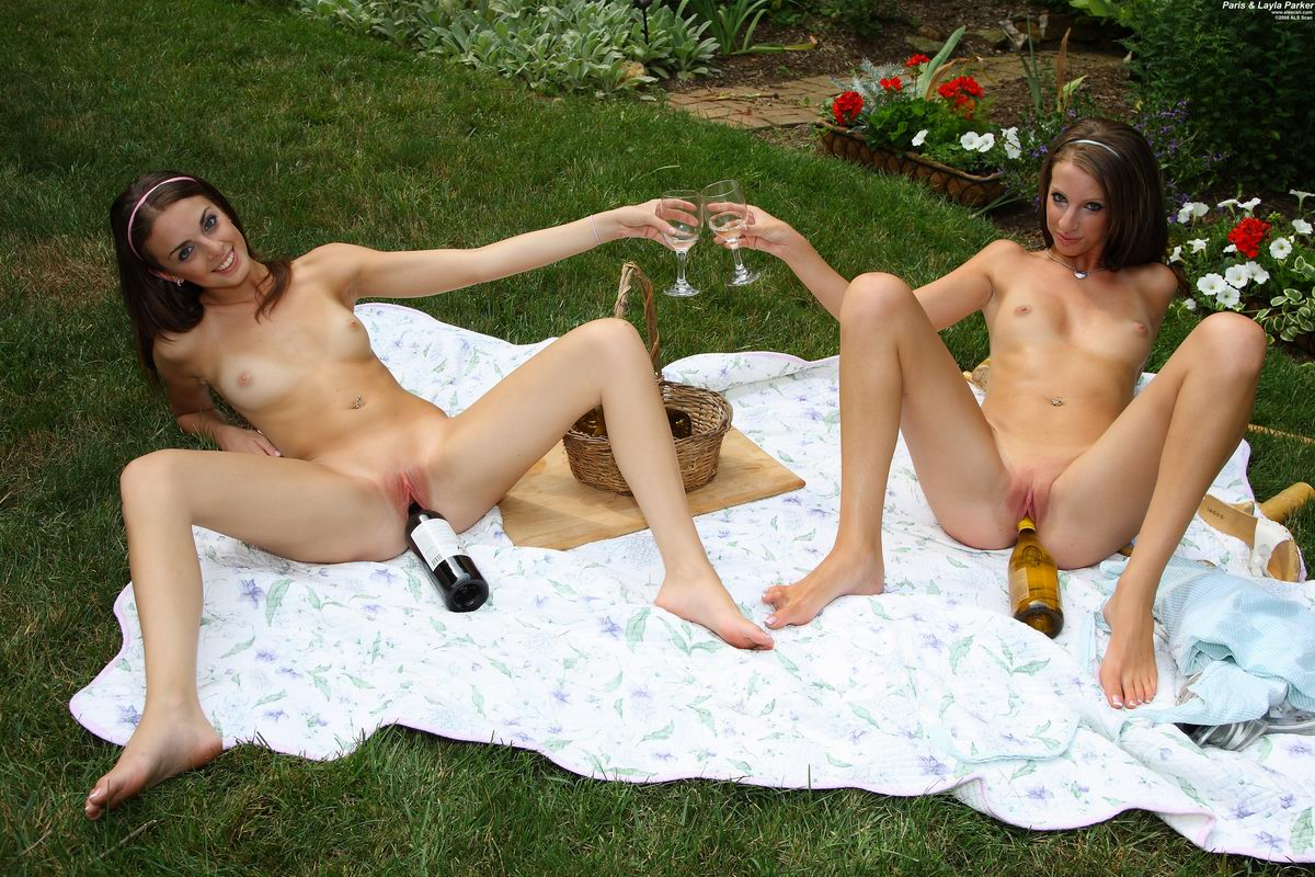 Two Cute Sisters Paris And Layla Parker Posing Naked On A Hot