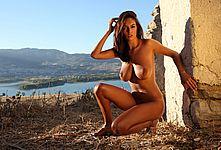 Ela posing naked