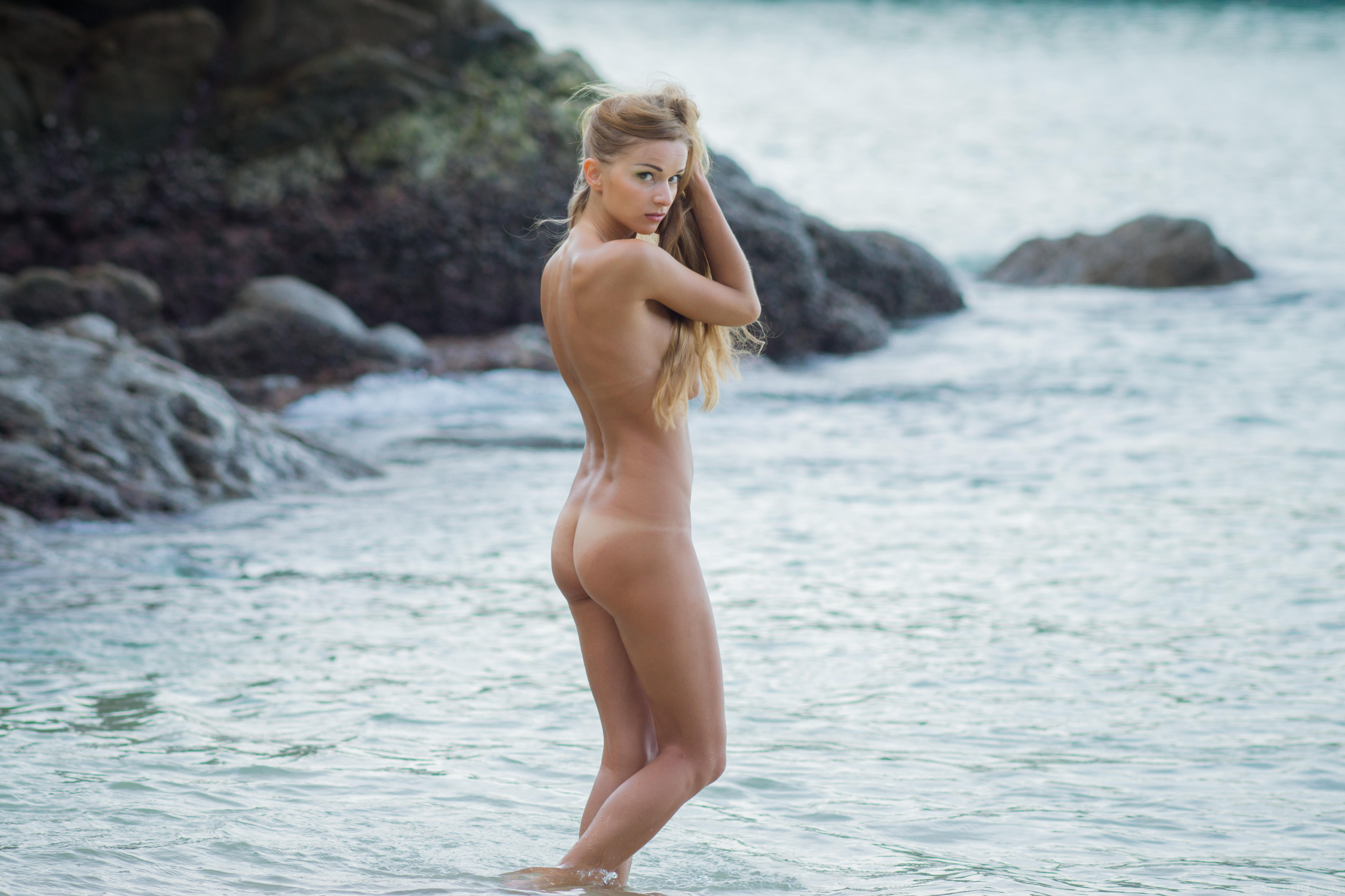 Nude girl on the beach : Naked Girls